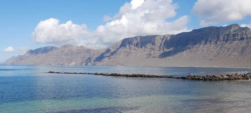 Descubre Caleta de Famara, un pueblo de pescadores con ambiente surfero